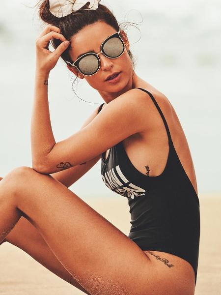 Thaila Ayala e sua pose clássica: mão na cabeça - Reprodução/Instagram
