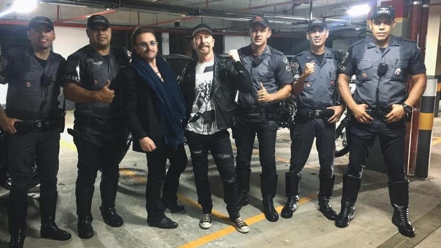 Rubens Lopes, ao lado de Bono Vox, fez a escolta dos intengrantes da banda U2 com outros policiais militares de São Paulo - Reprodução/Instagram