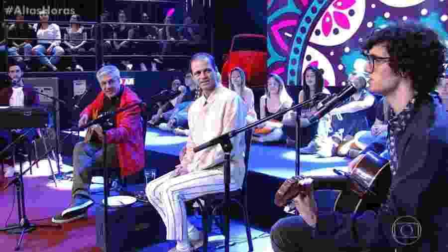 """Caetano com os filhos, Moreno Zeca e Tom, no """"Altas Horas"""" - Reprodução/Globo"""