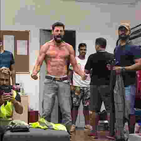 """Cauã Reymond imita a famosa pose do herói Wolverine nos bastidores de """"Ilha de Ferro"""" - Reprodução / Instagram"""