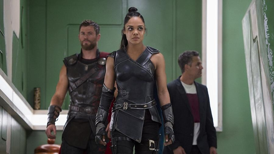"""Chris Hemsworth, Tessa Thompson e Mark Ruffalo em cena de """"Thor: Ragnarok"""" - Reprodução"""