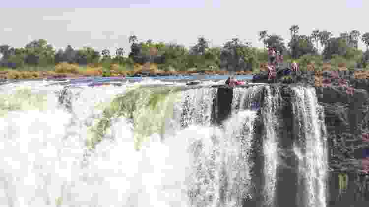 Imagem mostra turistas curtindo a paisagem assustadora da Devil's Pool - Meraj Chhaya/Creative Commons - Meraj Chhaya/Creative Commons