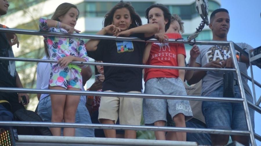 Marcelinho, o primogênito de Ivete e Daniel Cady, aguarda show da mãe com amigos em cima do trio elétrico em Salvador - Denilson Santos e Dilson Silva/Ag.News