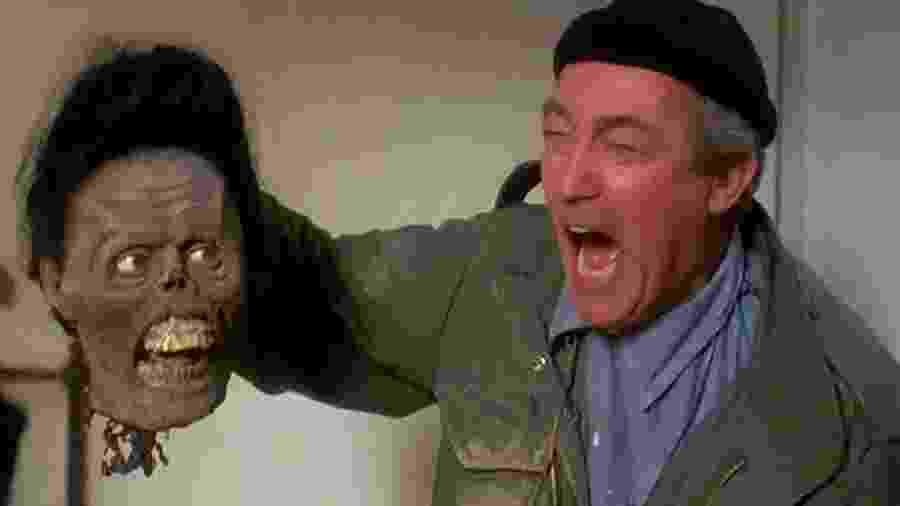 """James Karen em cena de """"A Volta dos Mortos Vivos 2"""" - Reprodução"""