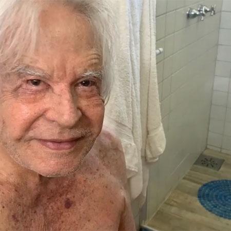 Cid Moreira mostra a mulher, Fátima, passando creme nele após o banho - Reprodução/Instagram