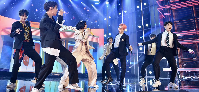 """BTS e Halsey apresentam """"Boy With Luv"""" pela primeira vez ao vivo no Billboard Music Awards, em Las Vegas - John Shearer/Getty Images for dcp"""