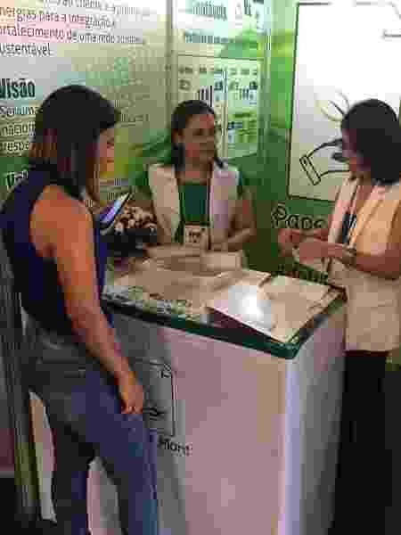 Criadoras da Papel Plant mostram o processo de fabricação do papel durante a Feira Nacional de Empreendedorismo - Divulgação - Divulgação