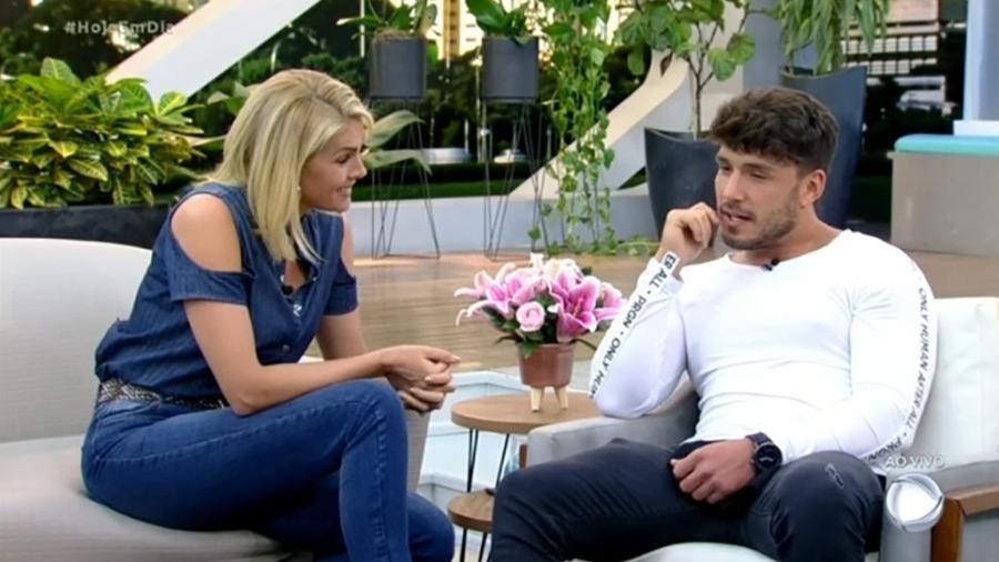 Ana Hickmann conversa com Lucas Viana no Hoje em Dia - Reprodução/Playplus