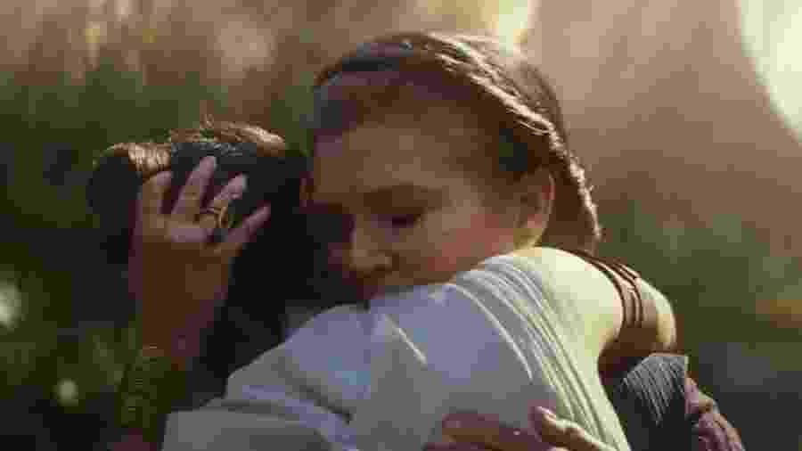 A princesa Leia abraça Rey em Star Wars - A Ascensão Skywalker - Divulgação