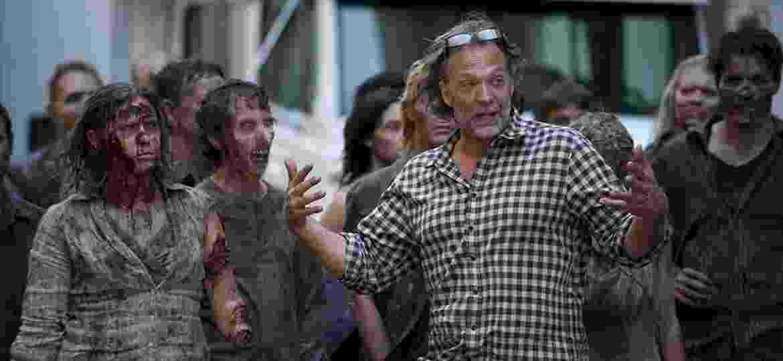 "Greg Nicotero orienta os zumbis de ""The Walking Dead"" - Divulgação"