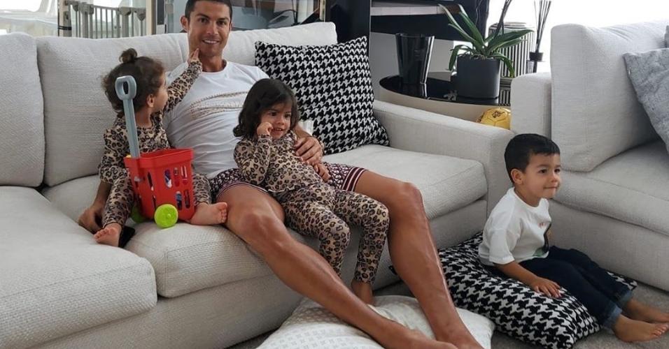 Cristiano Ronaldo e três de seus quatro filhos: Alana Martina, Eva e Mateo