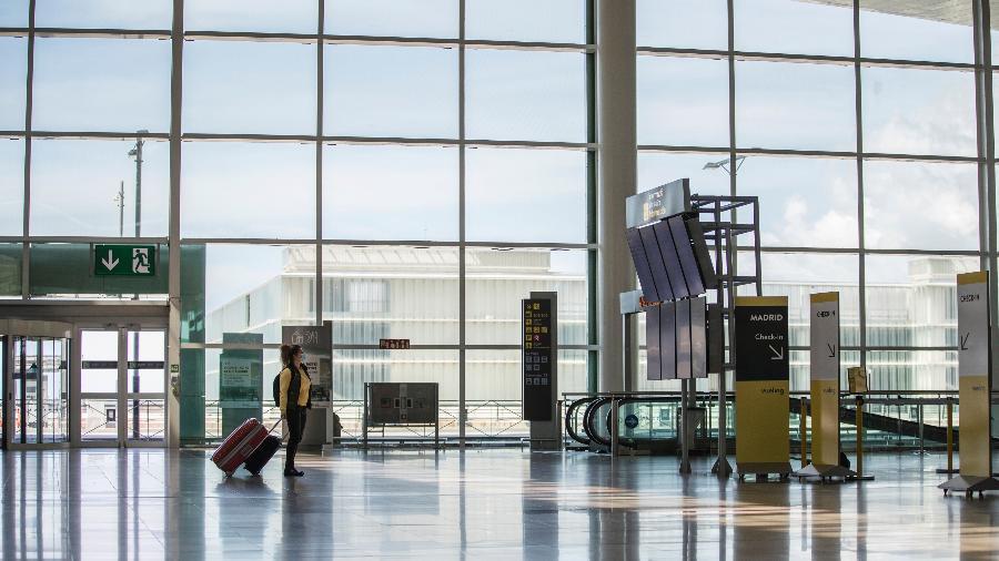Aeroporto de Barcelona, na Espanha, vazio diante da queda das viagens provocada pela pandemia - Xavi Torrent/Getty Images
