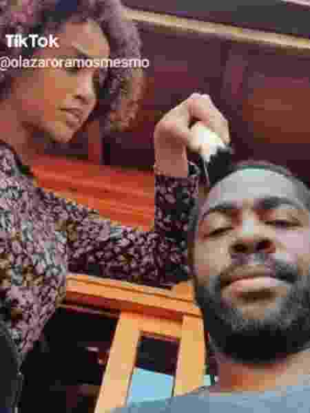 Tais Araújo raspa o cabelo de Lázaro Ramos - Reprodução/Instagram @olazaroramos