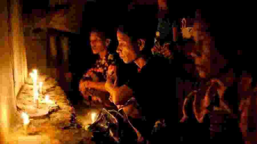 Mulheres em Sumba realizam rituais antes de um festival cultural - Getty Images