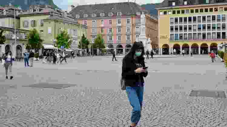 Pessoas com máscara em Bolzano, na Itália - Getty Images - Getty Images