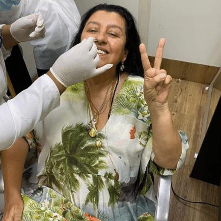 """Regina Casé posou sorridente durante """"trigésimo"""" teste PCR para as gravações de """"Amor de Mãe"""" - Reprodução/Instagram/@reginacase"""