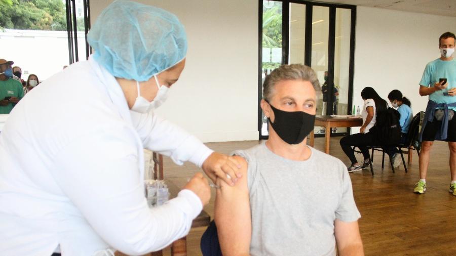Luciano Huck toma vacina contra a covid-19 no Rio de Janeiro - ADÃO/ AgNews