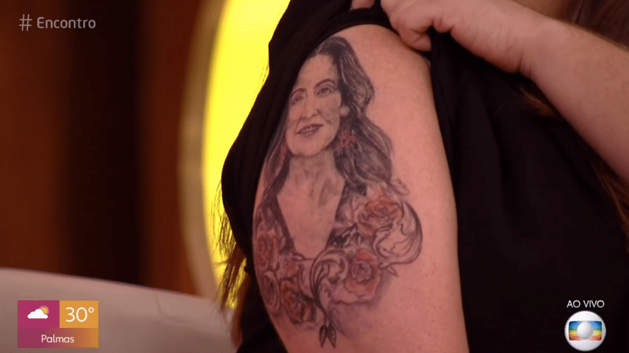 Tati Machado mostrou tatuagem fake em homenagem à Fátima Bernardes - Reprodução / TV Globo