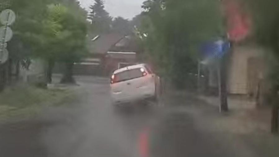 Carro é atingido por tamba de bueiro - Reprodução
