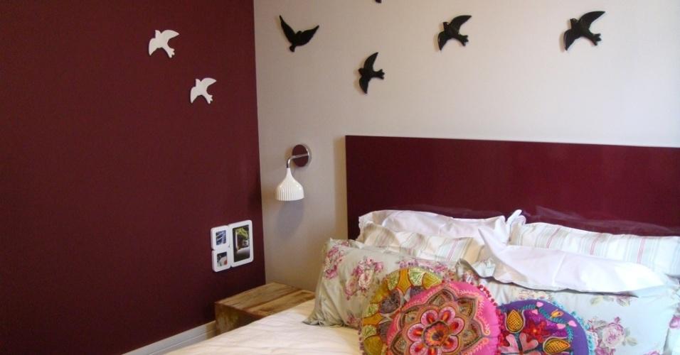 Este quarto de casal teve suas paredes personalizadas com uma