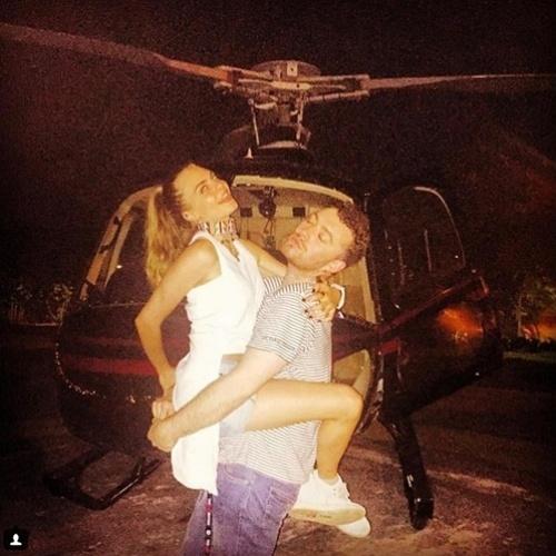 27.set.2015 - Cara Delevingne posta foto no colo do cantor Sam Smith e revela que o artista andou de helicóptero pela primeira vez no Rio de Janeiro