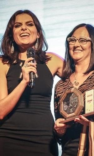 18.nov.2015 - Mãe de Neymar, Nadine Santos recebe premiação representando o 2e56263714