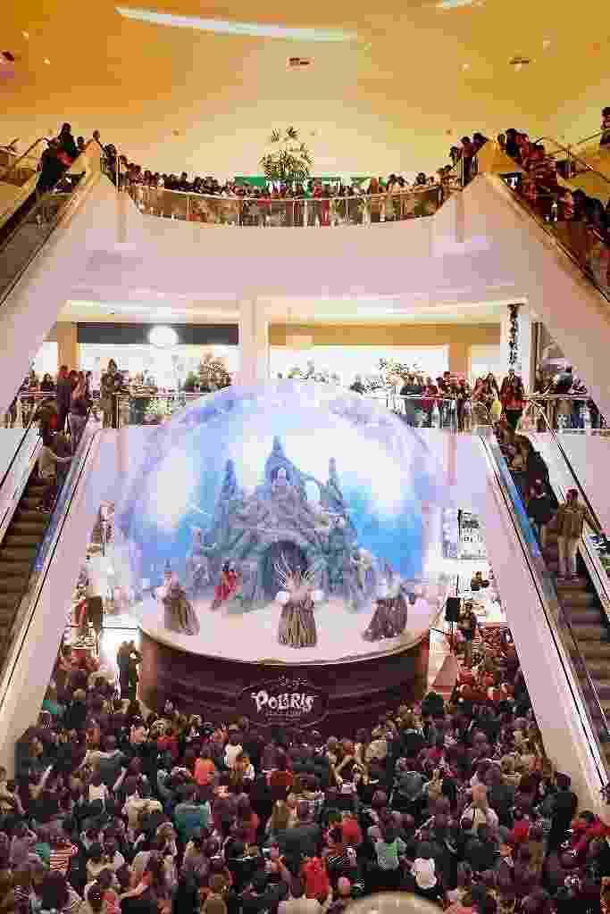 """Até dia 17 de dezembro, 13 artistas, entre bailarinos, cantores, atores e acrobatas, apresentam o espetáculo """"Polaris. Um Sonho de Natal"""", em cenário com neve e montanha. O espetáculo de Natal tem sessões gratuitas todas as quartas e quintas-feiras, às 20h30, no Shopping Palladium (avenida Presidente Kennedy, 4121, Portão). - Divulgação"""