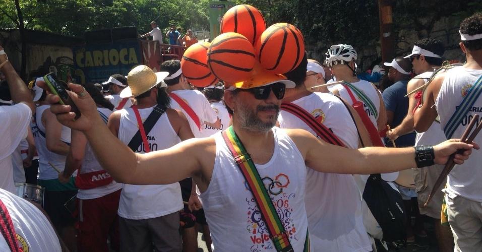 24.jan.2015 - Foliões curtem o Bloco Volta, Alice na manhã de domingo pelas ruas de Laranjeiras, no Rio. Neste ano, o bloco tem como tema os jogos olímpicos que acontecem em agosto, no Rio de Janeiro