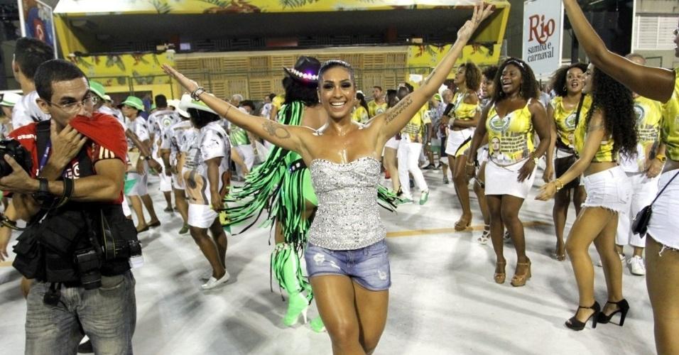 31.jan.2016 - A ex-BBB Amanda Djehdian desfila com a Imperatriz Leopoldinense, durante ensaio técnico que aconteceu na madrugada de domingo (31), no Rio de Janeiro.
