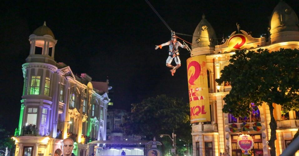 5.fev.2016 - Mestro Forró chegou voando no show no Marco Zero, que abriu oficialmente o Carnaval do Recife