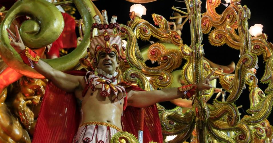 8.fev.2016 - Destaque de um dos carros alegóricos no desfile da Beija-Flor, que relembrou a história do Marquês de Sapucaí