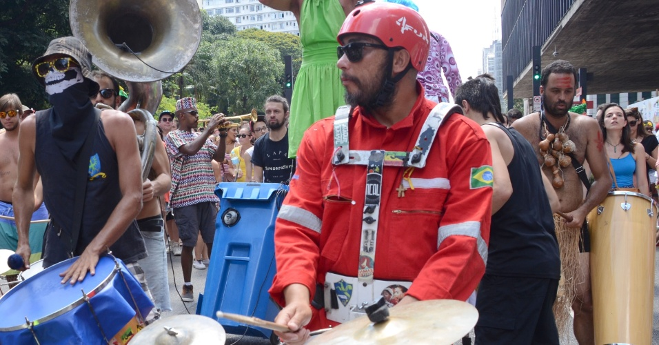 14.fev.2016 - Centenas de foliões acompanham bloco de carnaval que desfila na Avenida Paulista, em São Paulo, na tarde deste domingo