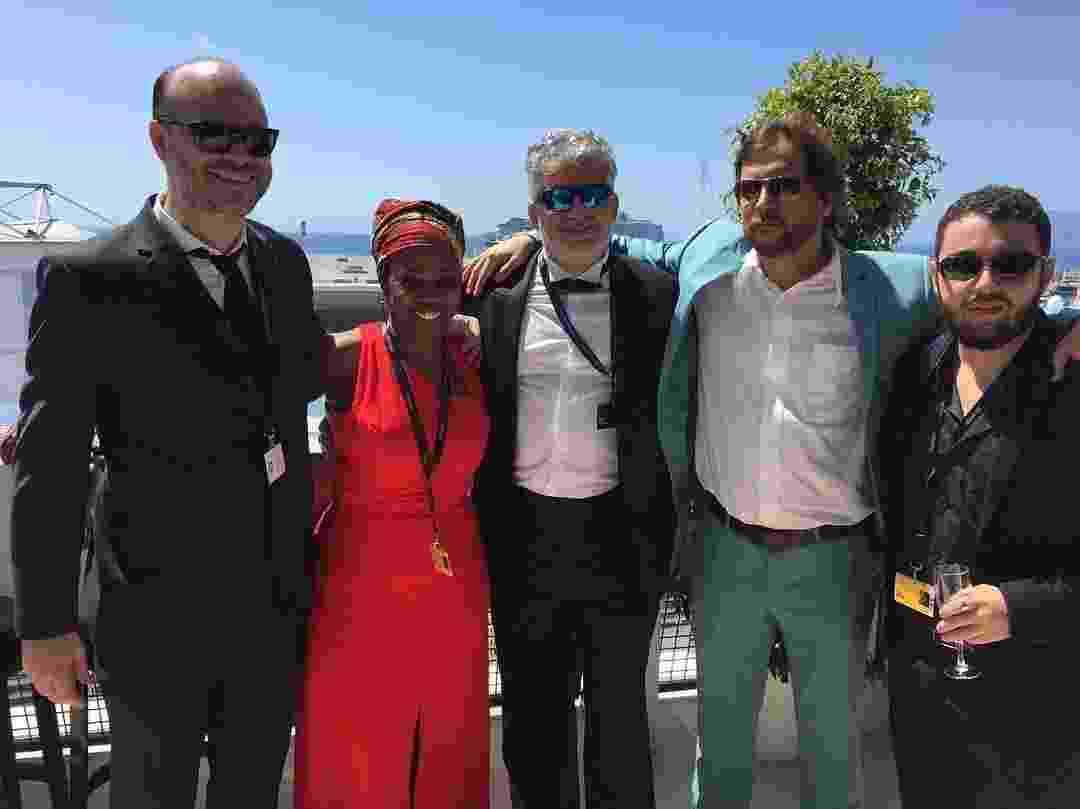 """16.mai.2016 - A equipe do documentário """"Cinema Novo"""", de Eryk Rocha (ao centro, de terno azul) se prepara para a primeira exibição do filme no Festival de Cannes 2016, na mostra Cannes Classics - REUTERS/Yves Herman"""