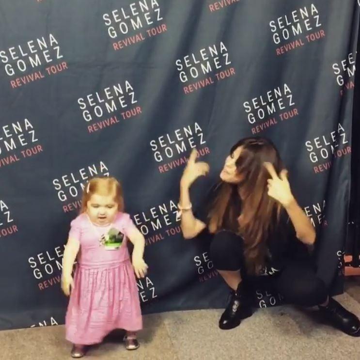 Selena Gomez dança com a fã mirim Audrey Nethery nos bastidores da turnê Revival