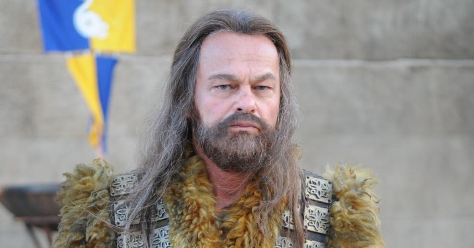 "Kadu Moliterno interpreta o guerreiro Acã em ""Terra Prometida"""