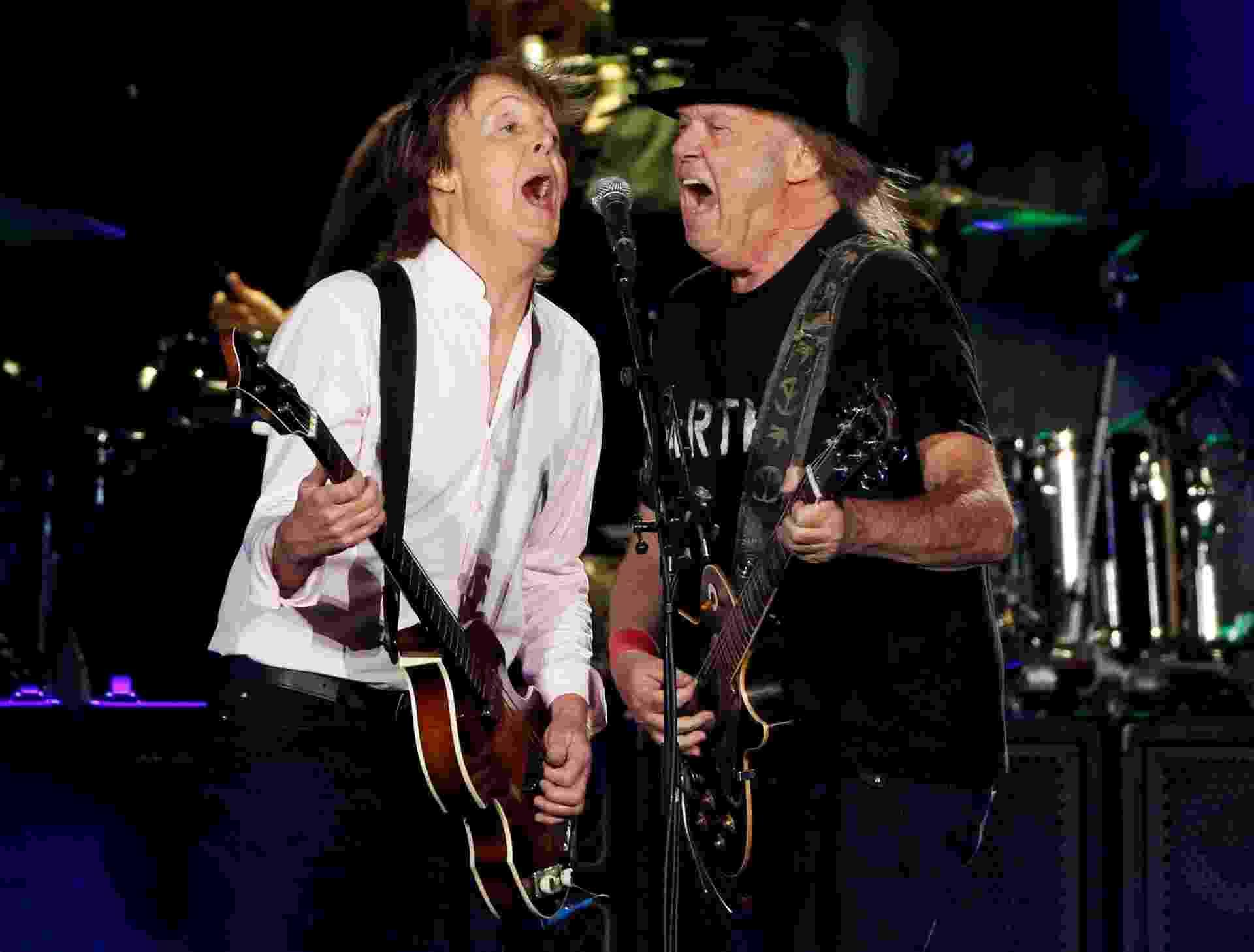 8.out.2016 - Paul McCartney recebe Neil Young no palco durante seu show no Desert Trip, megafestival que reuniu os maiores nomes do rock na cidade de Indio, na Califórnia - Mario Anzuoni/Reuters