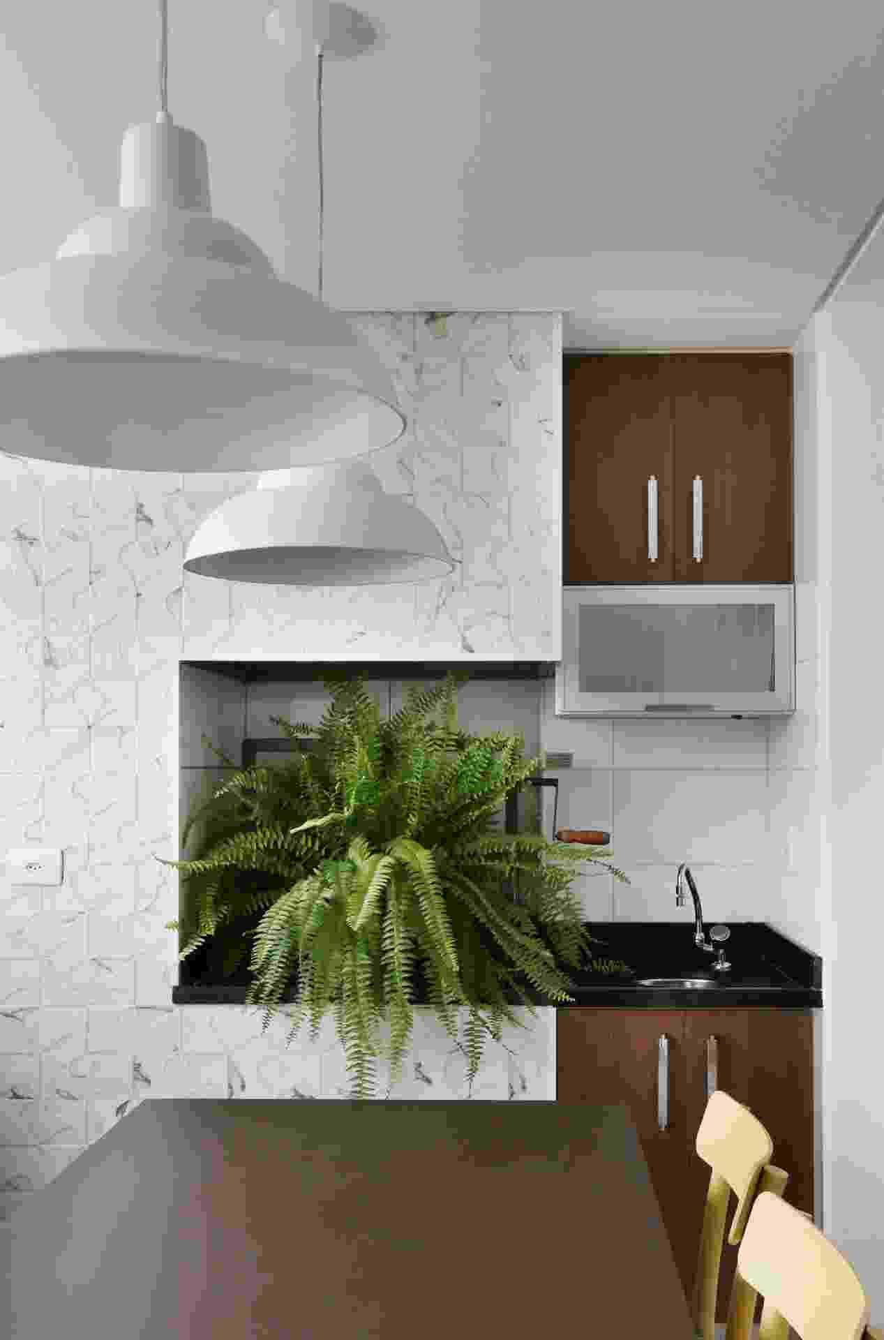 Nesta varanda com 7,5 m², a arquiteta Anna Parisi planejou um ambiente gourmet com churrasqueira que pode ser usado também como uma sala de refeições rápidas. Em uma sacada pequena prefira os tons claros, porque eles ajudam a aumentar a sensação de amplitude - Mariana Orsi/ Divulgação