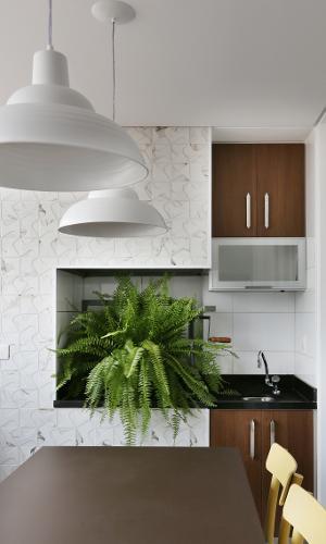 Nesta varanda com 7,5 m², a arquiteta Anna Parisi planejou um ambiente gourmet com churrasqueira que pode ser usado também como uma sala de refeições rápidas. Em uma sacada pequena prefira os tons claros, porque eles ajudam a aumentar a sensação de amplitude