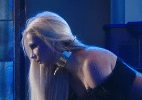 Britney Spears engatinha na mesa e insinua beijo em Tinashe em novo clipe - Reprodução/Youtube Britney Spears