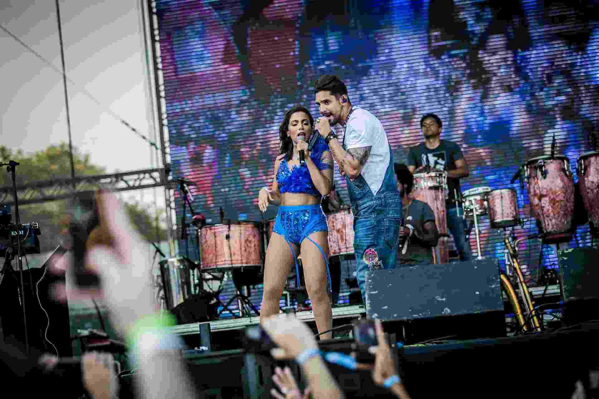 Banda Eva recebe Anitta no palco do CarnaUOL no primeiro dia do festival - Bruno Santos/UOL