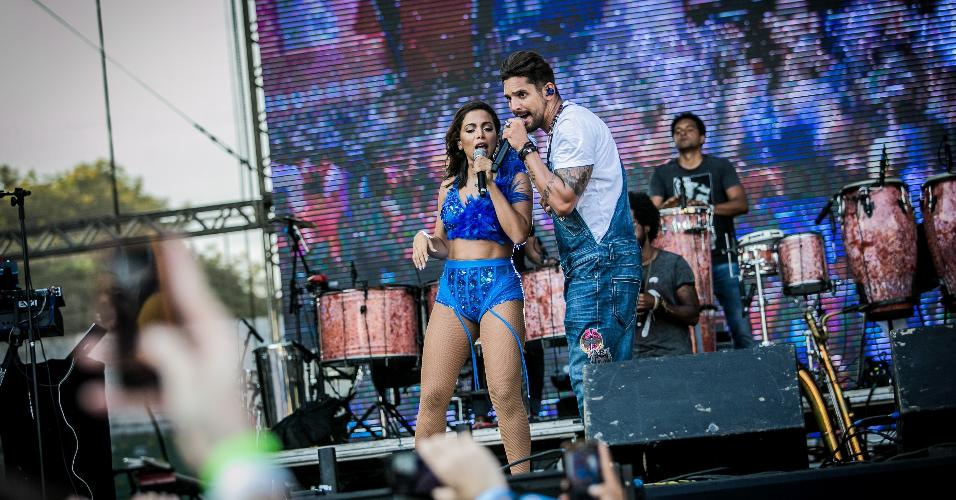 Banda Eva recebe Anitta no palco do CarnaUOL no primeiro dia do festival