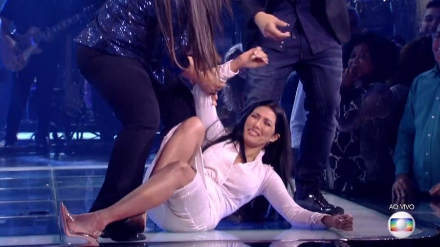"""Simaria se joga no chão durante a semifinal do """"The Voice Kids"""" - Reprodução/TV Globo"""