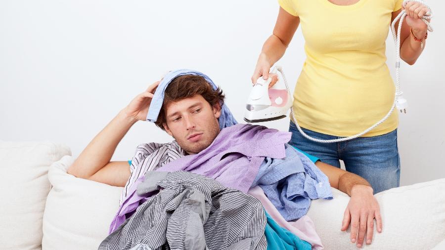 Não dividir as tarefas domésticas é um dos micromachismos praticados atualmente - iStock