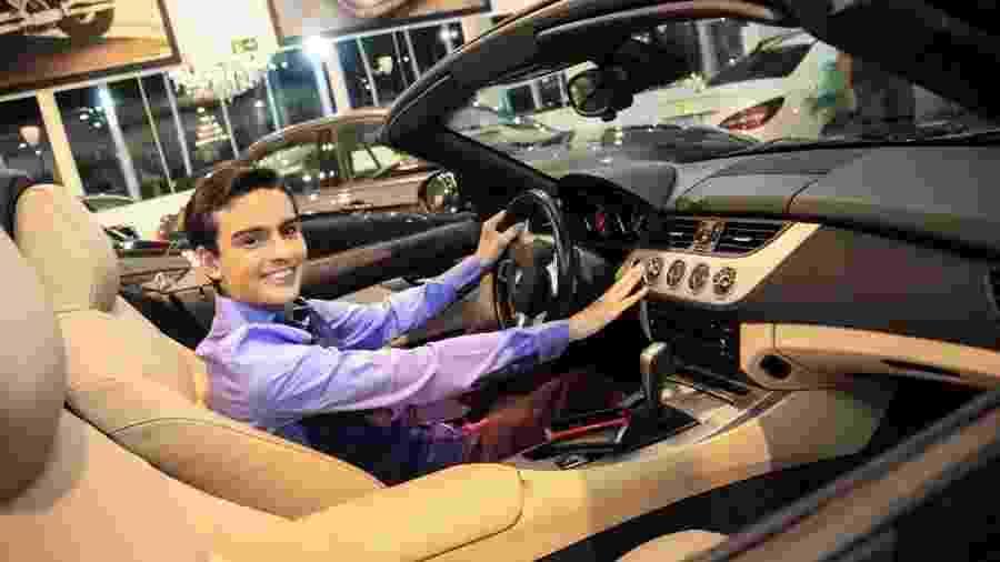 Dudu Camargo posa dentro da BWN que adquiriu - Thais Aline/ Agência Fio Condutor