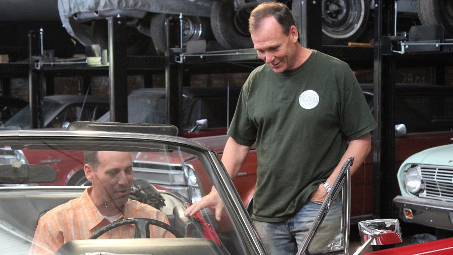 Dan Short (à dir.), dono da oficina FantomWorks, que abriga reality de carros do canal Discovery Turbo - Divulgação