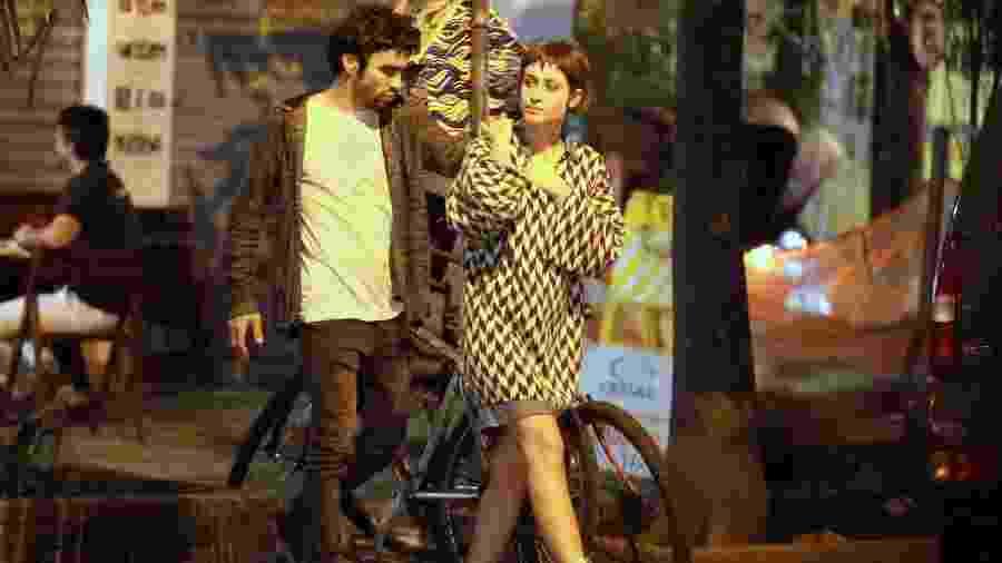 Luisa Arraes e Caio Blat circulam de mãos dadas ao deixar shopping na zona sul do Rio - Ag.News