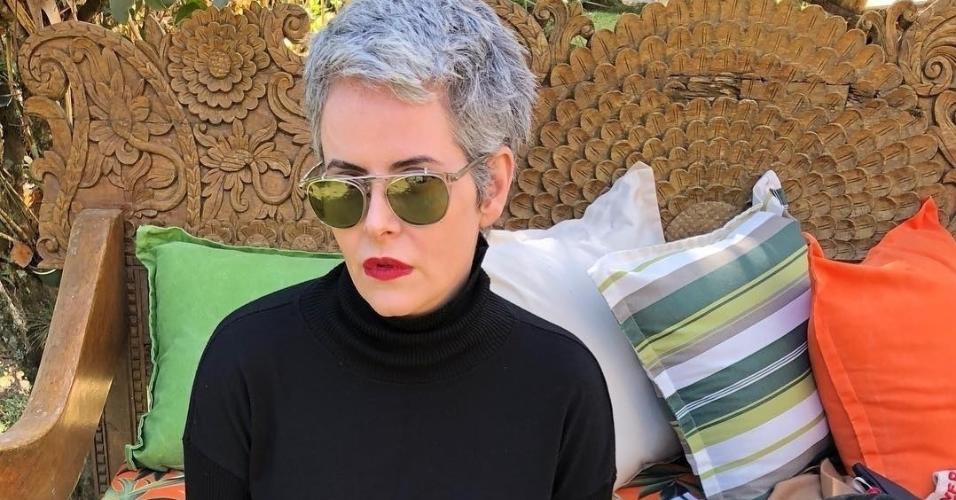 Aos 48 anos, Fernanda Young assumiu os cabelos brancos e ganhou elogios