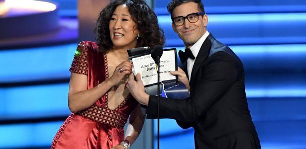 """Após rasgar envelope e fazer piada com o Oscar perdido de """"La La Land"""", Sandra Oh e Andy Samberg mostram a vencedora de melhor direção em série de comédia do Emmy"""