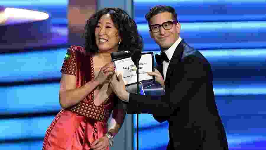 """Após rasgar envelope e fazer piada com o Oscar perdido de """"La La Land"""", Sandra Oh e Andy Samberg mostram a vencedora de melhor direção em série de comédia do Emmy - Kevin Winter/Getty Images"""