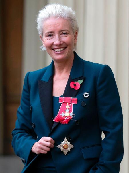 A atriz britânica Emma Thompson posa com medalha e insígnia - Steve Parsons/Pool/AFP
